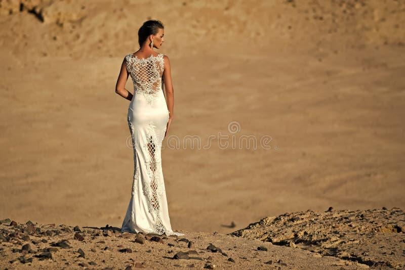 Vrouw of meisje in witte sexy kleding die zich in duinen bevinden royalty-vrije stock fotografie