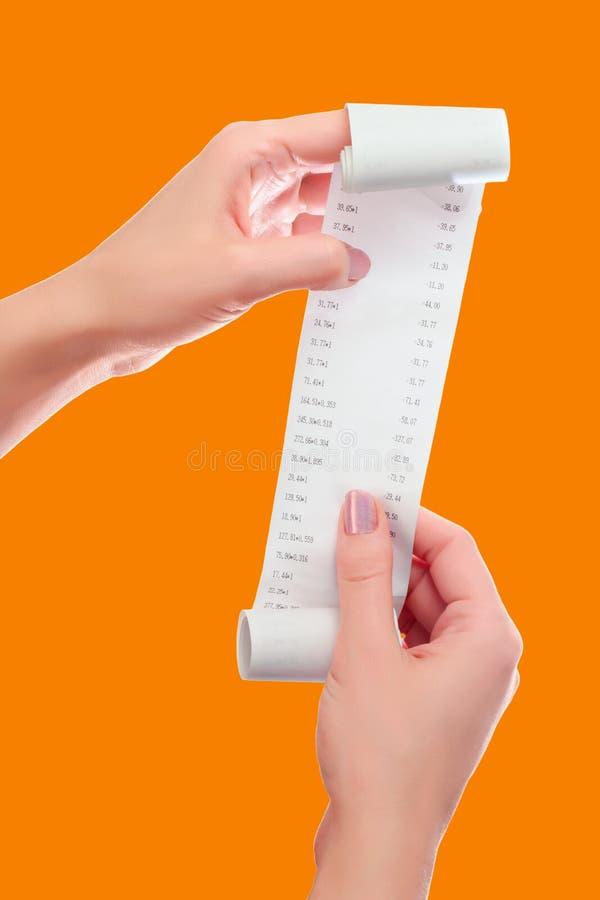 Vrouw of Meisjesgreep in Handenbroodje van Document met Gedrukte Ontvangstbewijsspot op Malplaatje Schoon Model Mag in Artikel ov stock afbeeldingen