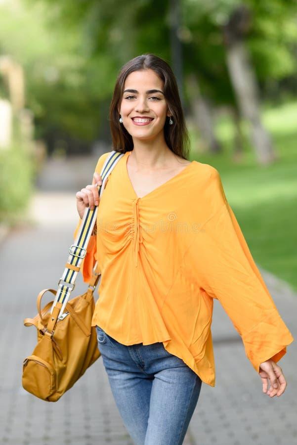 Vrouw met aardig haar die vrijetijdskleding op stedelijke achtergrond dragen royalty-vrije stock fotografie