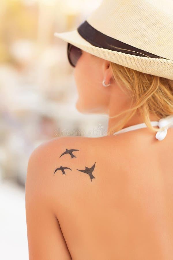 Vrouw met aardige tatoegering stock foto