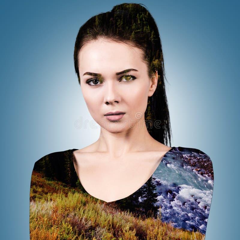 Vrouw met aardlandschap dat wordt gecombineerd stock afbeelding