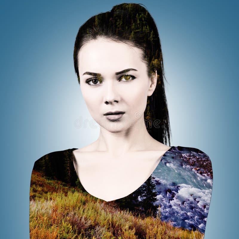 Vrouw met aardlandschap dat wordt gecombineerd stock fotografie