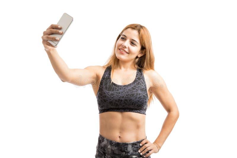 Vrouw met abs die een selfie nemen stock foto