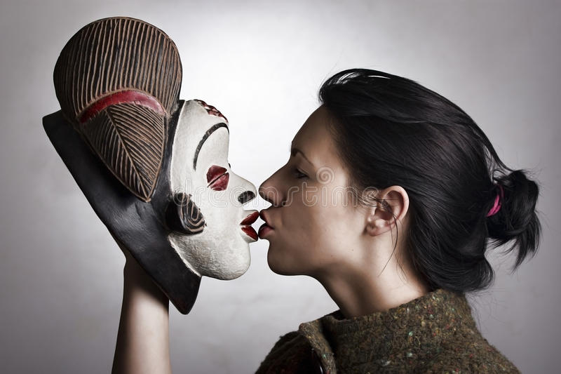 Vrouw met Afrikaans masker royalty-vrije stock afbeeldingen