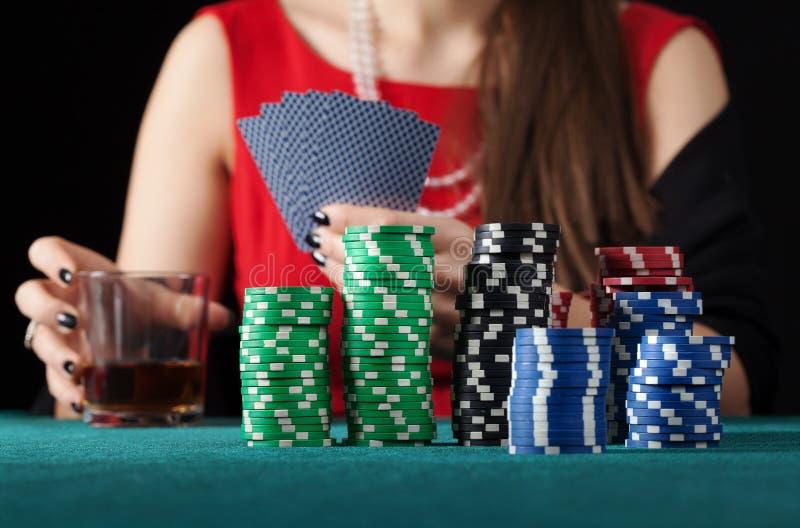 Vrouw met alcoholspeelkaarten royalty-vrije stock foto
