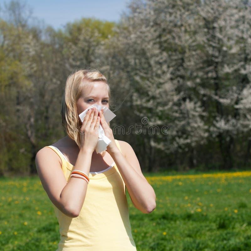 Vrouw met allergie het niezen stock fotografie