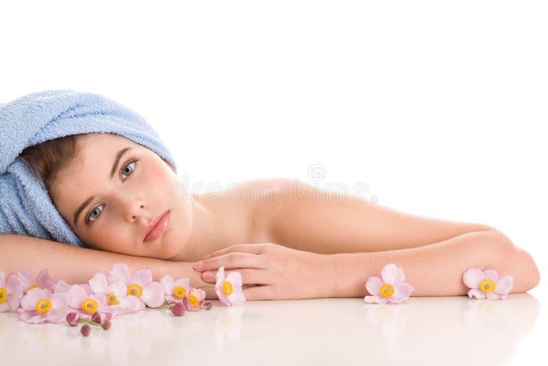 Vrouw met anemonen stock foto