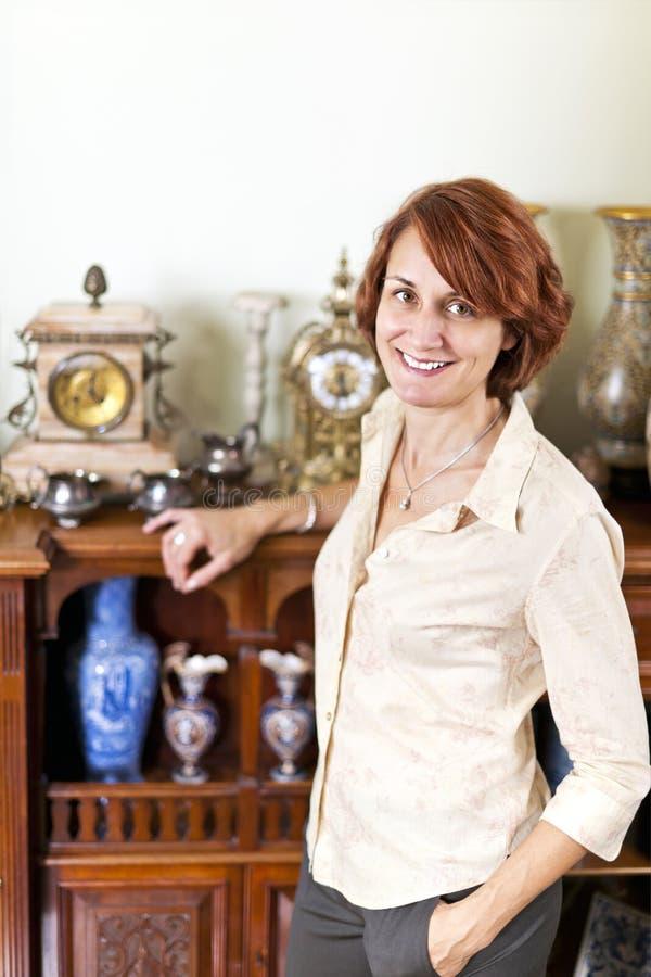 Vrouw met antieke inzameling royalty-vrije stock afbeeldingen