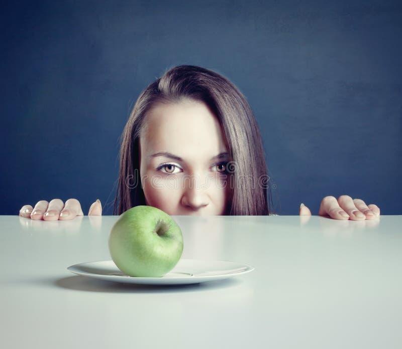 Vrouw met appel stock fotografie