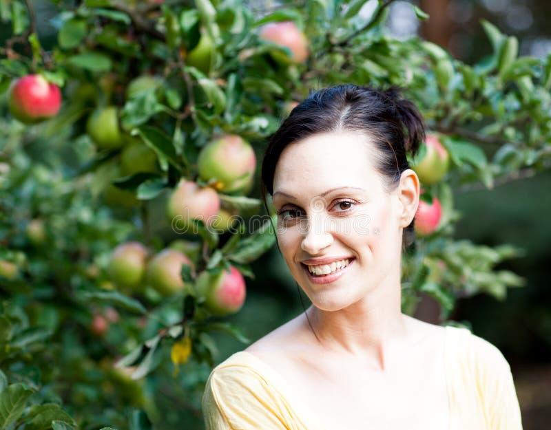Vrouw met appelboom royalty-vrije stock afbeeldingen