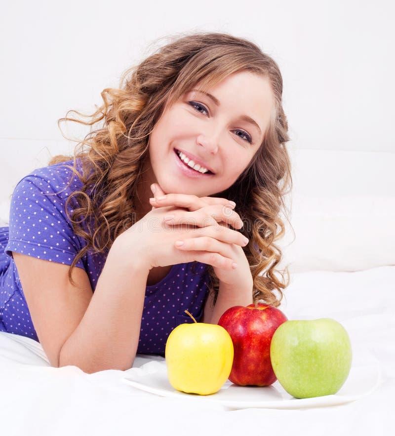 Vrouw met appelen stock foto