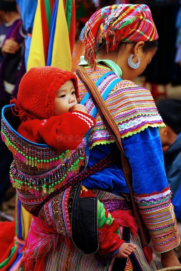 Vrouw met baby op de markt bij Bac Ha, Vietnam stock foto
