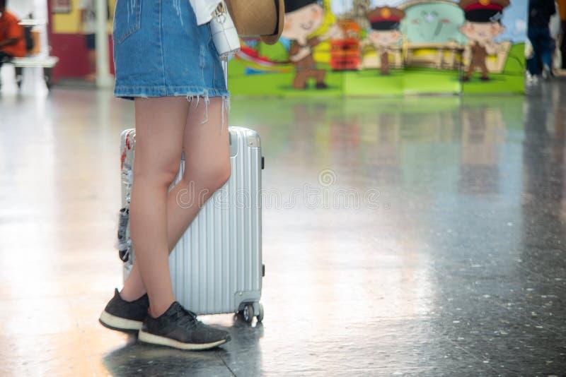 Vrouw met bagage in treinstation stock foto