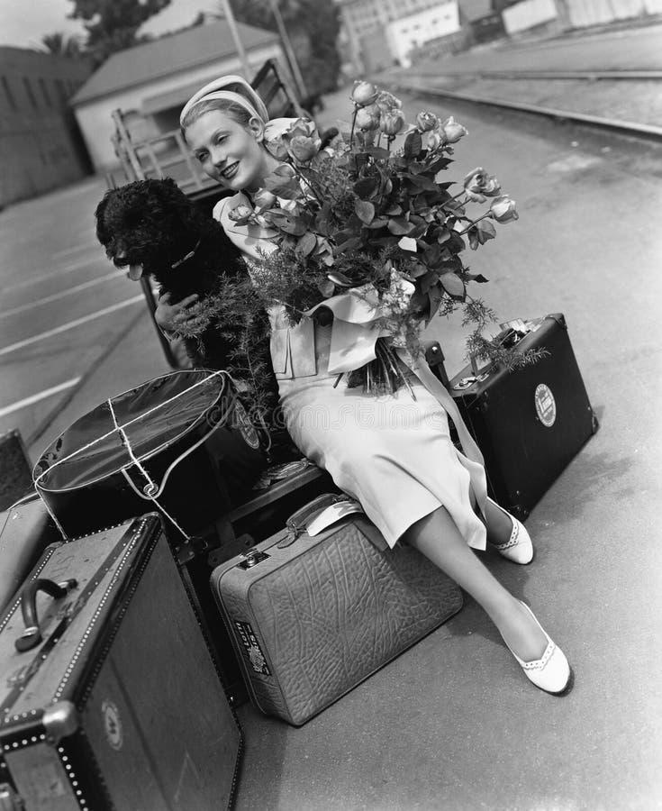 Vrouw met bagagebloemen en hond (Alle afgeschilderde personen leven niet langer en geen landgoed bestaat Leveranciersgaranties di stock afbeeldingen