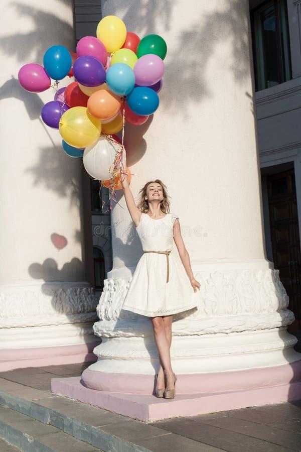 Vrouw met ballons stock afbeelding