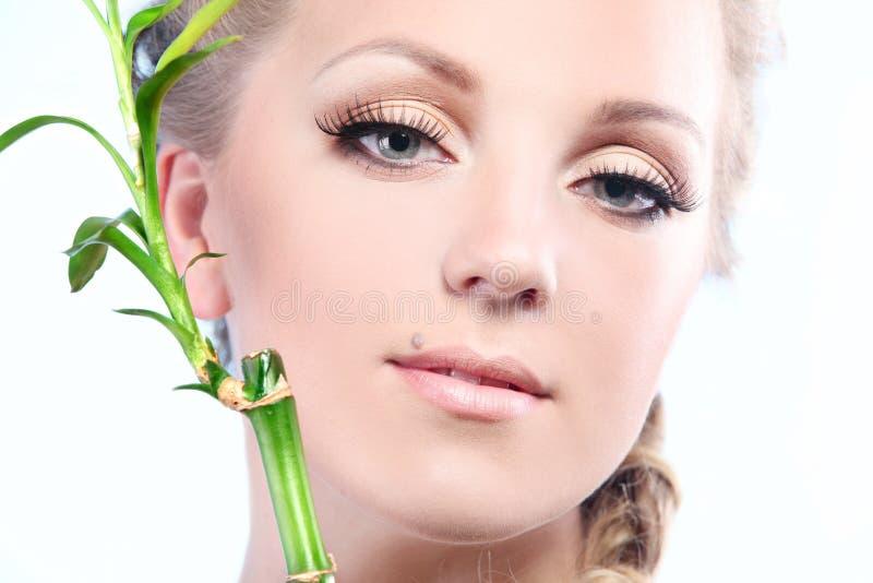 Vrouw met bamboe stock fotografie