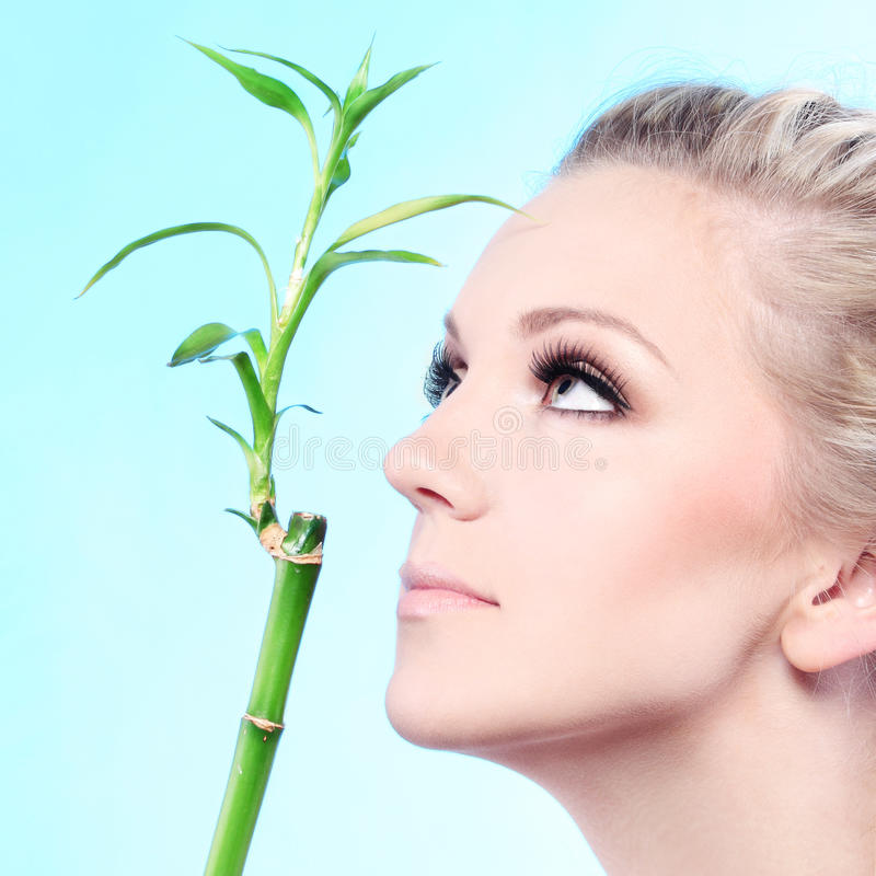 Vrouw met bamboe royalty-vrije stock fotografie
