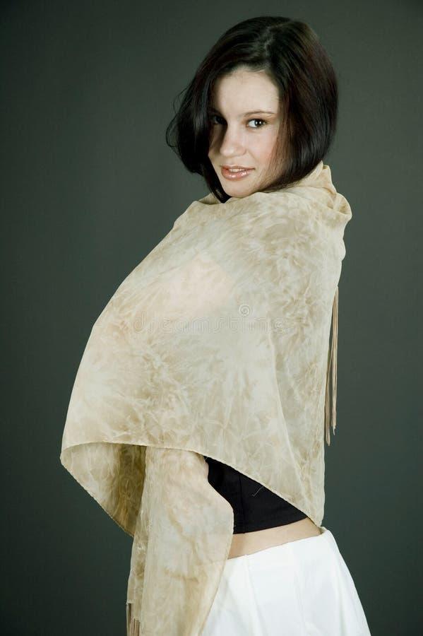 Vrouw met beige sjaal royalty-vrije stock fotografie
