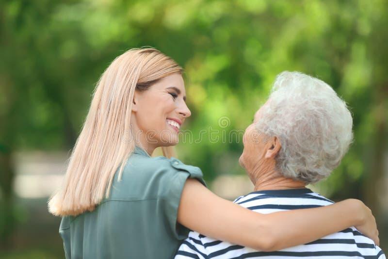 Vrouw met bejaarde moeder in openlucht royalty-vrije stock foto's