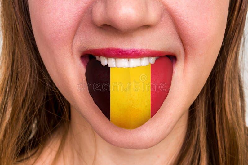 Vrouw met Belgische vlag op de tong stock foto's
