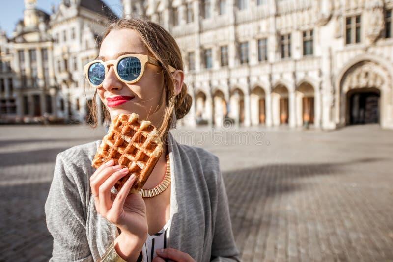 Vrouw met Belgische wafel in openlucht stock afbeeldingen