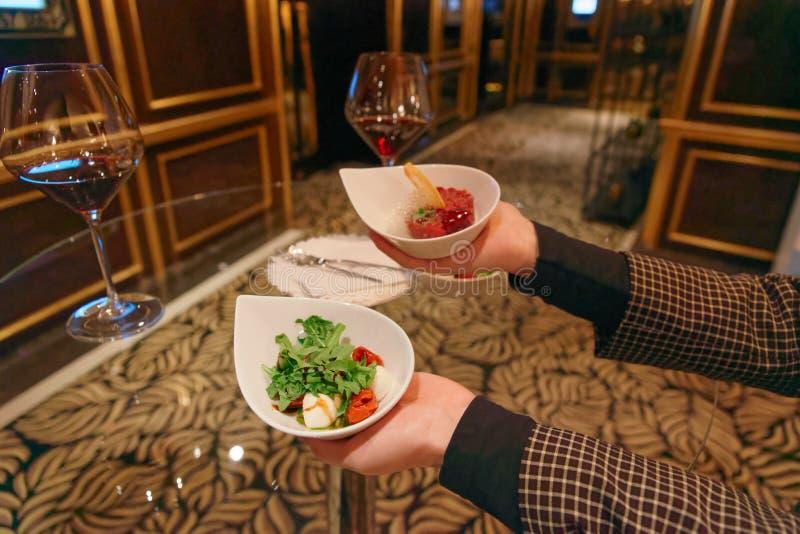 Vrouw met biefstuk met kikker en Caprese salade royalty-vrije stock foto's