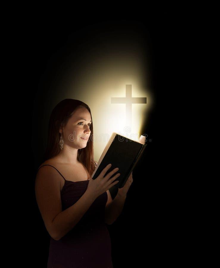 Vrouw met bijbel stock afbeeldingen