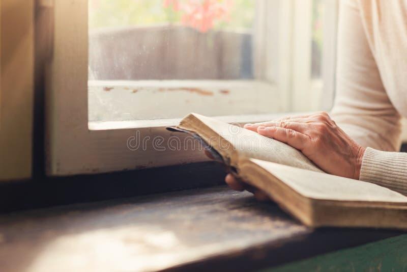 Vrouw met bijbel stock afbeelding