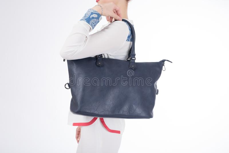 Vrouw met blauwe handtas in handen Geïsoleerde witte achtergrond royalty-vrije stock afbeelding