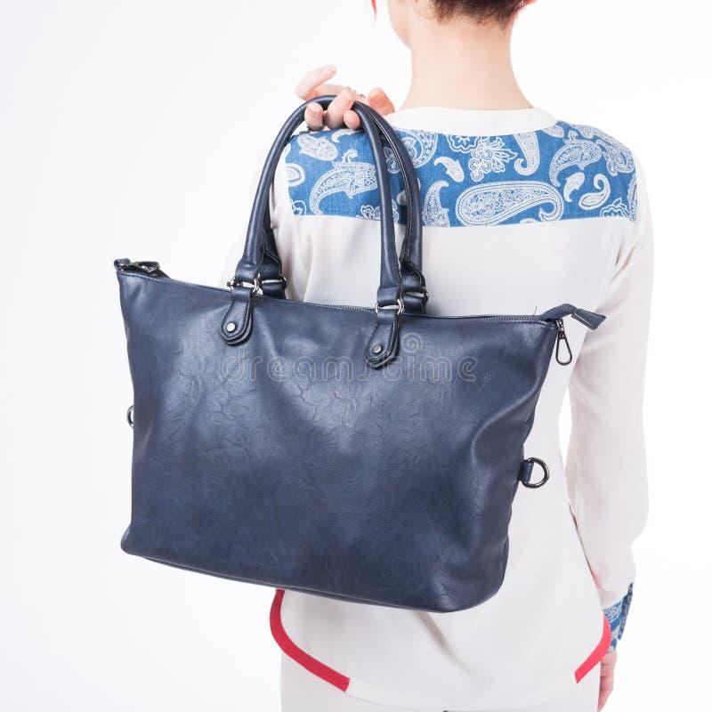 Vrouw met blauwe handtas in handen Geïsoleerde witte achtergrond stock foto's