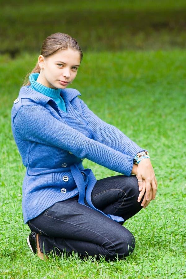 Vrouw Met Blauwe Laag In Openlucht Royalty-vrije Stock Fotografie