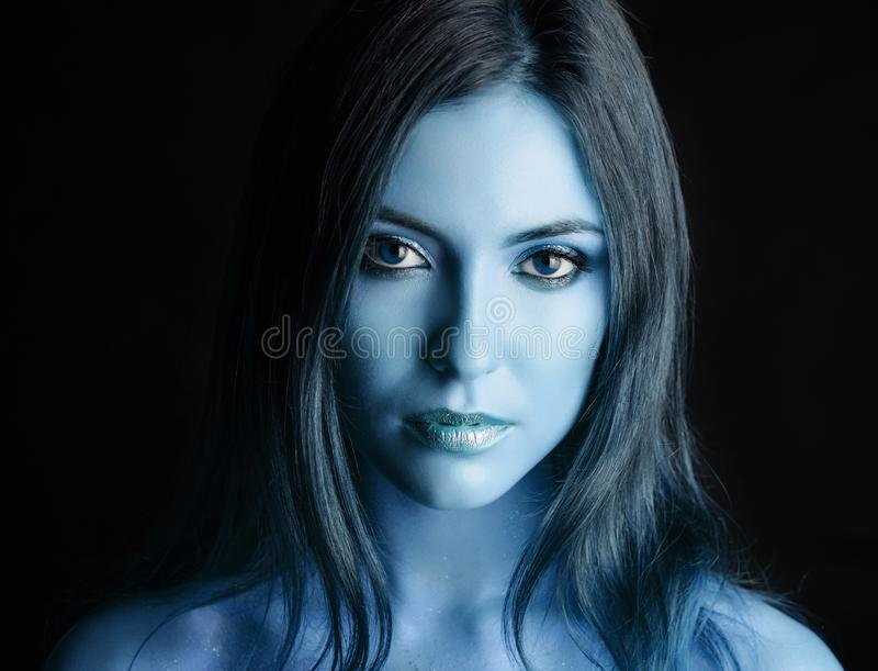 Vrouw met blauwe samenstelling royalty-vrije stock foto