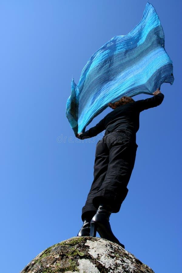 Vrouw met blauwe sjaal royalty-vrije stock afbeelding