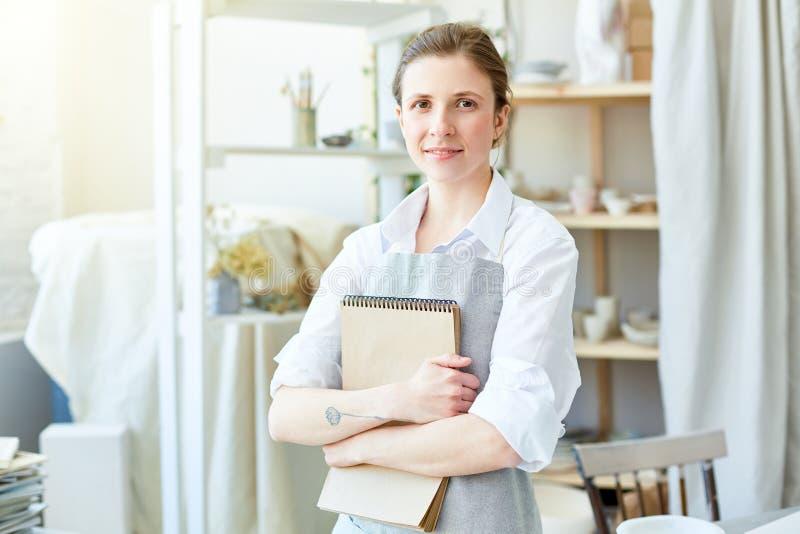 Vrouw met blocnote royalty-vrije stock afbeelding