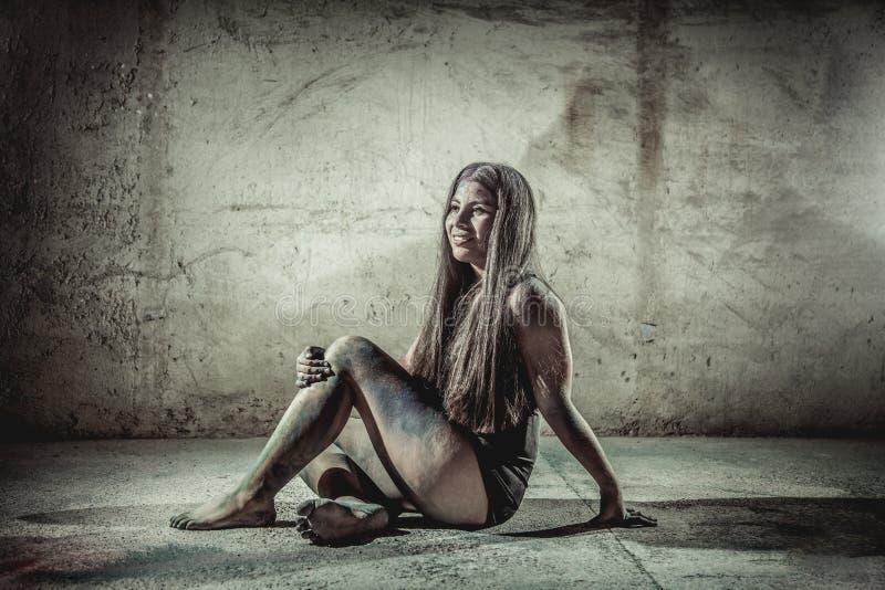 Vrouw met bloem in haar lichaam stock afbeelding