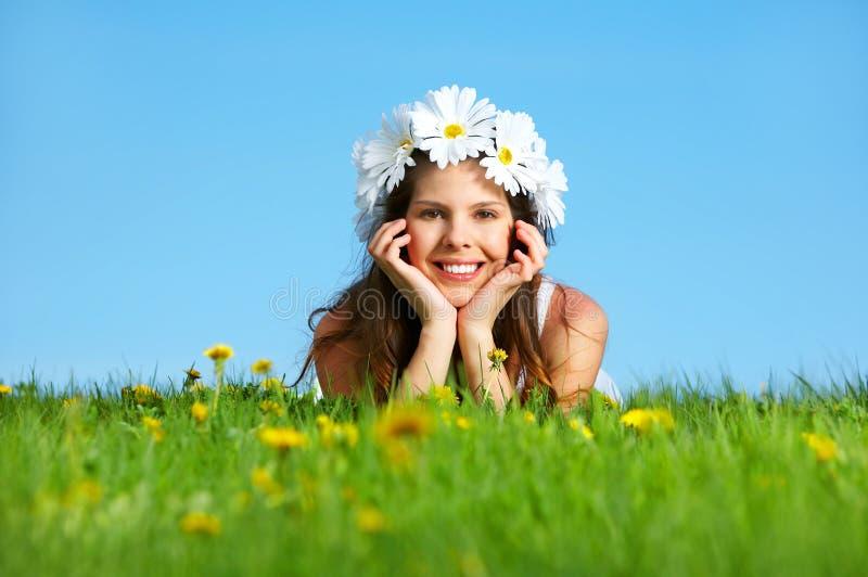 Vrouw met bloemdiadeem stock foto's