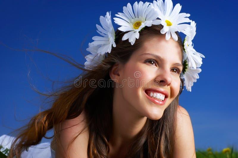 Vrouw met bloemdiadeem stock afbeeldingen