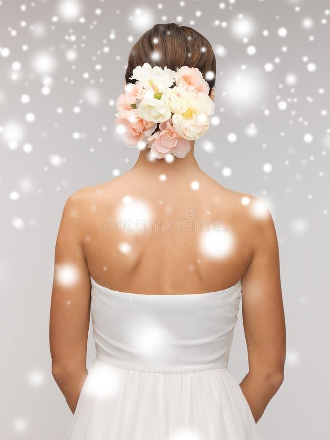 Vrouw met bloemen in haar hoofd stock fotografie