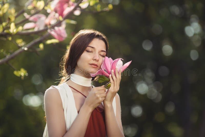 Vrouw met Bloemen in openlucht stock afbeeldingen