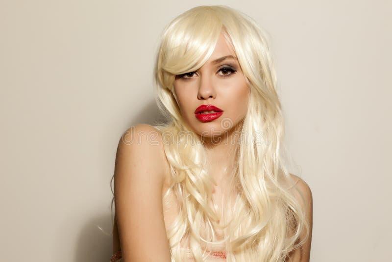 Vrouw met blonde pruik stock foto's