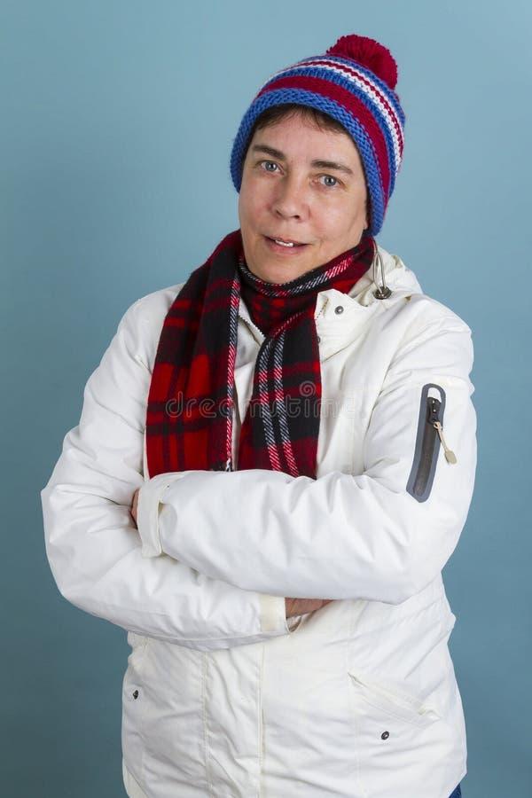 Vrouw met bobcap en sjaal stock foto