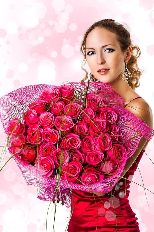 Vrouw met boeket van roze rozen royalty-vrije stock fotografie