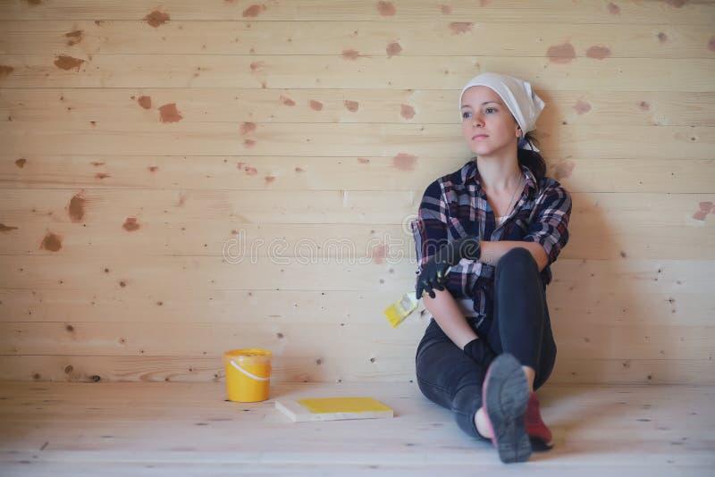 Vrouw met borstelreparatie in een blokhuis royalty-vrije stock afbeeldingen