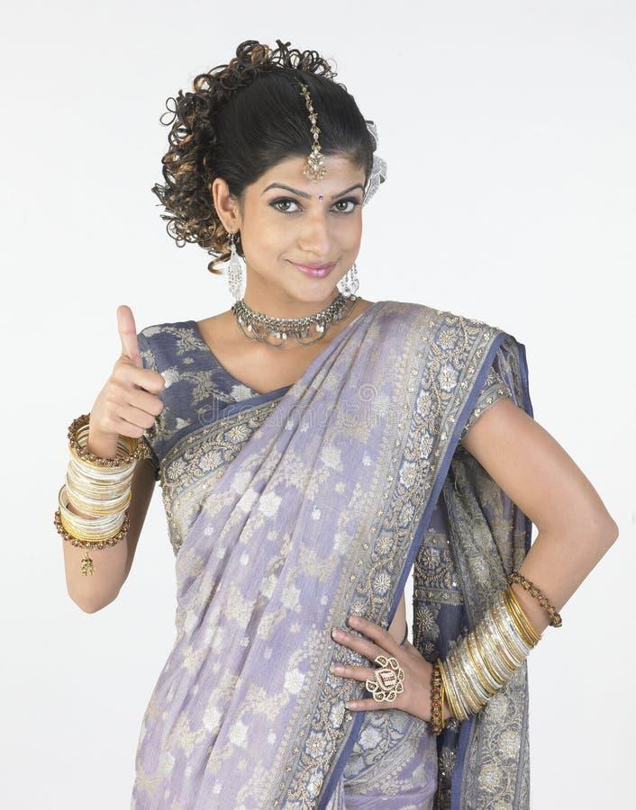 Vrouw met buitensporige Sari die uitdaging zegt royalty-vrije stock afbeelding