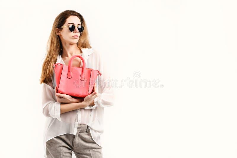 Vrouw met buitensporige vrouwelijke zak Verkoop en stijlconcept stock foto's