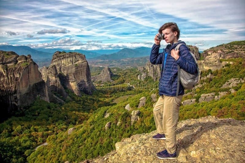 Vrouw met camera bovenop de berg royalty-vrije stock afbeeldingen