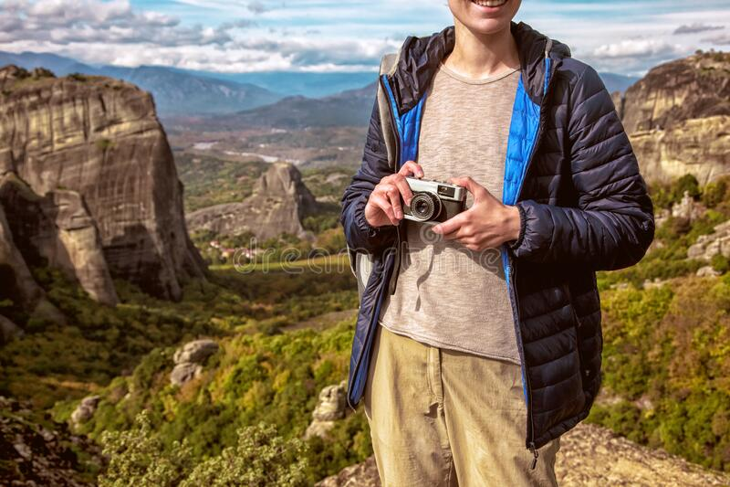 Vrouw met camera op berg royalty-vrije stock foto