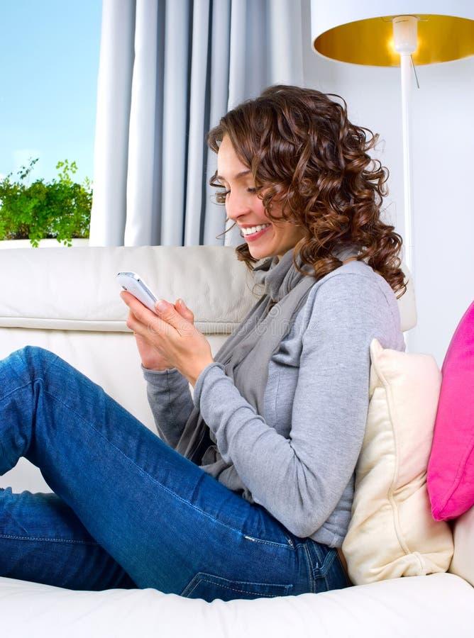 Vrouw met Cellphone stock afbeelding