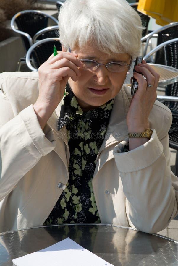 Vrouw met celtelefoon stock foto's