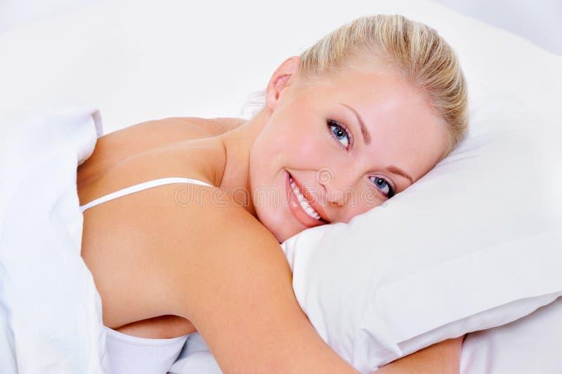 Vrouw met charmante glimlach na slaap royalty-vrije stock foto's
